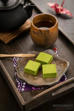 Green Tea Chocolate 抹茶生チョコレート - Made with white chocolate, butter and cream and dusted with Japanese green tea powder, this decadent Green Tea Chocolate (or Matcha Nama Chocolate) is simply irresistible! Japanese Matcha, Japanese Sweets, Japanese Food, Japanese Style, Köstliche Desserts, Chocolate Desserts, Dessert Recipes, Alcoholic Desserts, Gateaux Vegan