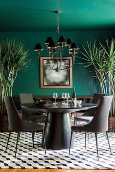 Bold forest green dining room designed by Brian Patrick Flynn. Image by Rustic W - Bold forest green dining room designed by Brian Patrick Flynn. Image by Rustic W - Green Dining Room, Dining Room Colors, Dining Room Walls, Dining Room Lighting, Dining Room Design, Dining Room Furniture, Black Dining Rooms, Room Chairs, Green Living Room Walls