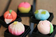 金沢といえば和菓子^^そこで和菓子作り体験をやってみました~!和菓子職人さんがまず作って見せてくれますひとつひとつの工程に「わァ!スゴイ」と感心!いざ自分...