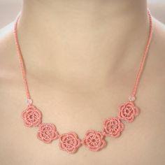 O estilo floral e romântico deste colar é perfeito para um toque bem feminino! Este colar faz conjunto com a pulseira Rosales.