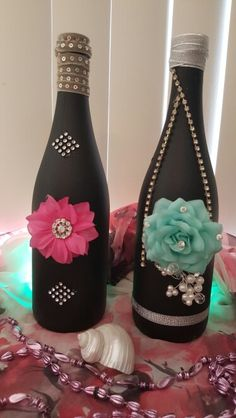 DIY wine bottles, fun to make on a rainy day. Empty Wine Bottles, Recycled Wine Bottles, Wine Bottle Corks, Glass Bottle Crafts, Painted Wine Bottles, Diy Bottle, Glass Bottles, Decorated Bottles, Diy Wine Glasses