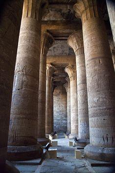Templo de Edfu, Egito: A construção do templo foi iniciada em 237 a.C por…