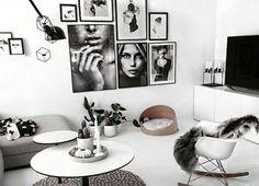 Een muur vol met zwart-witte foto's