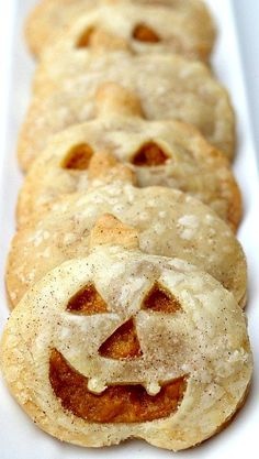 Pumpkin Pie Pockets *i don't do pumpkin so please believe that pumpkin will be replaced with sweet potato 🙂 Pumpkin Recipes, Fall Recipes, Holiday Recipes, Fall Baking, Holiday Baking, Postres Halloween, Delicious Desserts, Dessert Recipes, Cupcakes