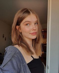 The untold truth of Ellie Thumann Hair Inspo, Hair Inspiration, Pretty People, Beautiful People, Peinados Pin Up, Selfie Poses, Aesthetic Girl, Aesthetic Filter, Grunge Fashion