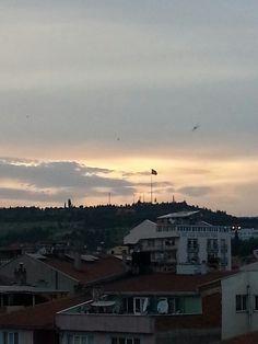 Göğe baksaydık ikimiz birden sevinebilirdik şairin dediği gibi... ama ya aynı zamanda bakmadık ya da aynı şeye sevinemedik. Bittik ! Oysa hayat kısaydi kuşlar  uçuyordu ve mutlu olmak için mutlu etmek yeterdi...