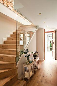 Treppenaufgang. Lange Dielen verlängern den Flur optisch.