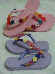 Como decorar sandalias de manera fácil y creativa Girls Flip Flops, Flip Flop Shoes, Flip Flop Craft, Crochet Flip Flops, Decorating Flip Flops, Paracord Projects, Crochet Shoes, Button Crafts, Artisanal