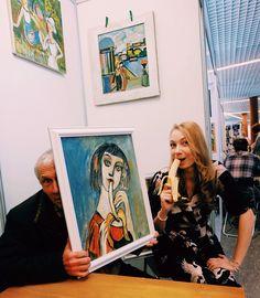 Виктор Винокуров и девочки с бананом 🍌🙈С Танюшей @tg_art_tg  и Валей @zaic_valentina на #Артекатеринбурге 💛#художники #картины #живопись #искусство #выставка #картинкисвыставки