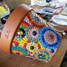 Jazz Up Your Backyard with this DIY Mosaic Table Mosaic Planters, Mosaic Garden Art, Mosaic Tile Art, Mosaic Vase, Mosaic Flower Pots, Mosaic Artwork, Painted Flower Pots, Mosaic Crafts, Mosaic Projects
