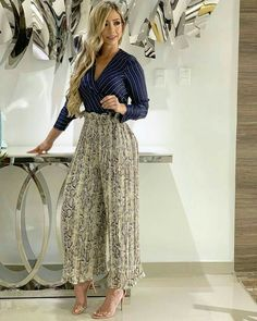 Love this creative professional outfit! Extra high wasted pants, patterned pants, and dress shirt pair perfectly! Vogue Fashion, Fashion Pants, Look Fashion, Fashion Dresses, Womens Fashion, Classy Outfits, Casual Outfits, Cute Outfits, High Wasted Pants