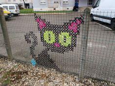 Graffiti voor oma's(en jonger natuurlijk!)… borduren op gaas hekwerken, super cool!