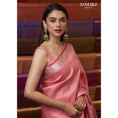 Wedding Saree Styles We've watched an Indian movie even once in our lives and we've all been charmed with these colorful traditional outfits, saree styles. Beautiful Saree, Beautiful Indian Actress, Deepika Padukone, Sonam Kapoor, Designer Saree Blouses, Brocade Blouses, Indian Beauty Saree, Indian Sarees, Silk Sarees