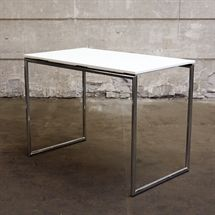 Højt cafébord i hvid laminat med chrome understel. Mål: B:L140 x B:80 x H:103 cm.