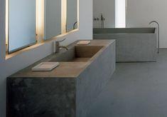 Dag tegeltjes op de muur, lamp in de spiegel en rottig klein douchehokje waar je je ellebogen constant stoot. Net als in de rest van je huis, kun je in de bad... Sink, Bathtub, Bathroom, Net, Home Decor, Style, Projects, Mirror, Sink Tops