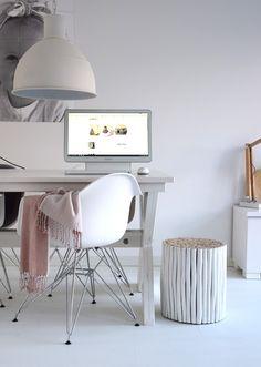 Via de Binnenkijken App, kwam ik deze week op het fantastische interieur van Anouk Dekker. In haar interieur zie je vooral veel wit en grijs naar voren komen. Om het geheel niet te kil te maken, kiest Anouk voor natuurlijke materialen zoals hout en wol. Als accentkleur heeft zij op dit moment roze. Het huis is een mooie combinatie van minimalistisch, Scandinavisch en landelijk. We like it! Zoals je van ons gewend bent, heb ik onderaan dit artikel 18 woonitems geselecteerd die recht uit het…