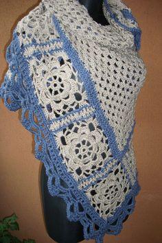 Pro zahřátí... Velký háčkovaný šátek se stane nepostradatelným společníkem téměř vždy a všude... Prát v ruce a sušit volně rozložené. Dlouhá strana 180 cm Výška v cípu 100 cm