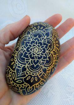 * GOLDEN MAGIC * est une pierre dénergie de peint à la main qui envoie un message de la magie dans notre vie, manifistation de nos rêves, car