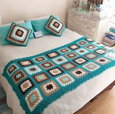 Latest Ideas For Crochet Designs Crochet Bedspread Pattern, Crochet Quilt, Granny Square Crochet Pattern, Crochet Squares, Crochet Home, Crochet Blanket Patterns, Crochet Granny, Crochet Motif, Baby Blanket Crochet