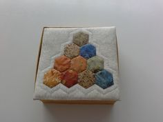 Quilt box with hexagons Hexagons, Napkins, Quilts, Box, Tableware, Snare Drum, Dinnerware, Quilt Sets, Dishes
