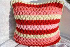 Kissen - Kissen Rüschen gehäkelt rosa rot beige   - ein Designerstück von trixies-zauberhafte-Welten bei DaWanda