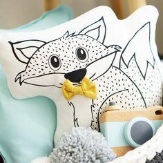 Kennt Ihr schon Herr Filou? Er ist ein kleiner Fuchs der für sein Leben gerne kuschelt und spielt. Auf dem Kissen hat er für Euch seine Fliege angelegt.