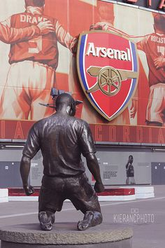 Thierry Henry Statue | Kieran Clarke | Flickr Aubameyang Arsenal, Arsenal Stadium, Arsenal Premier League, Arsenal Football, Stadium Wallpaper, Football Wallpaper, Soccer Art, Football Art, Arsenal Tattoo
