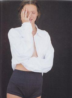 Owen Scarbiena inmortalizó por primera vez a una adolescente inglesa cualquiera. Unas imágenes que jamás habían visto la luz. ¿Preparados? Hoy en i-D presentamos las fotografías que celebran la creación del icono Kate Moss.