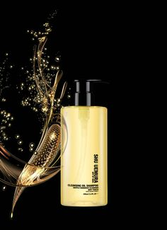 The oil-based formula of Cleansing Oil Shampoo is perfect for removing impurities, product residue and lipholic deposits, without weighing down the hair. It leaves the hair fiber with extreme lightness and an airy touch.