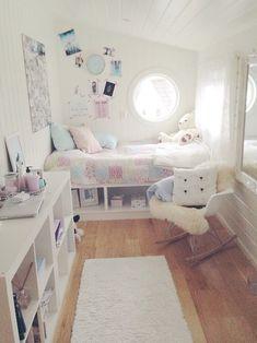 家具の色を統一してお部屋をすっきり見せています。デイベッドなら小物の収納もお洒落にレイアウトできそう!