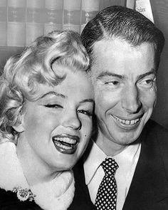 Picture dated 01 April 1954 showing American actress Marilyn Monroe with her husband baseball legend Joe DiMaggio during their wedding ceremony at San Francisco City hall. Get premium, high resolution news photos at Getty Images Marilyn Monroe Wedding, Marilyn Monroe Fotos, Uma Thurman, Blake Lively, Celebrity Couples, Celebrity Weddings, Celebrity Photos, Joe Dimaggio Marilyn Monroe, Old Wedding Photos