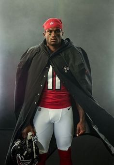 Having performed mind-bending athletic feats practically since birth, Falcons receiver Julio Jones has become a legend in his own time. Football Poses, Texans Football, American Football Players, Sport Football, Pittsburgh Steelers, Dallas Cowboys, Crimson Tide Football, Alabama Crimson Tide, Kobe Bryant Pictures