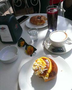 Spring breakfast ☀ #sunglasses #lenses #gold #black #croissant #cream #colors #table #sweet #like4like #follow4folow #l4l #f4f #life #pieces #details #essential #dersut #cafe #bar #juice #blackberry #sun #cappuccino