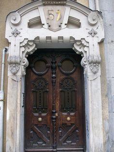 Muchas veces, hay un grand arco arriba de una puerta para parecer más bonita.