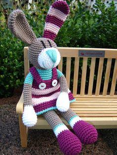 Gestatten: Huberta Hase ♥ von Schneckenkind auf DaWanda.com Knitted Bunnies, Knitted Animals, Knitted Dolls, Crochet Dolls, Easter Crochet, Crochet Bunny, Love Crochet, Crochet Blanket Patterns, Knitting Patterns