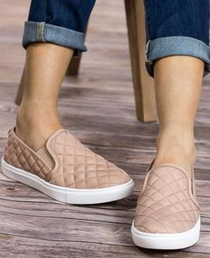 ECENTRCQ Steve Madden slip on sneakers in blush. They have a quilted  leather upper and rubber outsole. They also have a 1 platform.