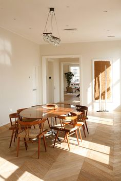 nice dinig room and flooring Steel Doors And Windows, Herringbone Wood Floor, Dining Area, Dining Rooms, Dining Tables, Build Your Own House, Minimalist Home, House Design, Interior Design