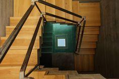 A escada em espiral dá a sensação de escada infinita, Bunker House, Buenos Aires.