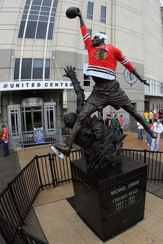 Michael Jordan statue is dressed in a Blackhawks jersey at the United Center in Chicago. #hockey