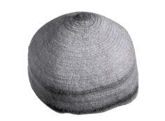 man's summer hat, The National Museum of Finland, The cap is nalbound ; päähine; miehen kesälakki Lakki on tehty neulakinnastekniikalla ja se on malliltaan ylöspäin suippeneva. Lankana on luonnonvärinen (vaalea) villalanka.  Lakin pinta on sekä sisältä että ulkoa kevyesti pesun yhteydessä huopunut tai tarkoituksella huovutettu, tämän yhteydessä on kirkkaanpunainen lanka päästänyt hieman väriään. Lakki on vuoreton.
