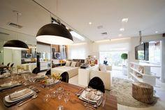 peuqenos ambientes ampliados com espelhos, sala, biblioteca escritorio e sala de jantar tudo junto