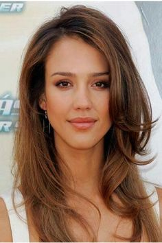Jessica alba has always had beautiful hair. I love this light airy look on her. she looks like a sex kitten! Highlights For Dark Brown Hair, Light Brown Hair, Caramel Highlights, Hot Hair Colors, Brown Hair Colors, Hair Colour, Cabelo Jessica Alba, Jessica Alba Makeup, Jessica Alba Hot
