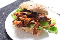 Broodje pulled mushroom - 5 OR LESS. Diner or lunch New Recipes For Dinner, Country Dinner, Vegetarian Recipes, Healthy Recipes, Healthy Food, Burgers And More, Salmon Recipes, Pulled Pork, Lunches