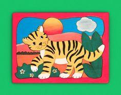Handgefertigtes Holz-Puzzle mit wunderschönem Motiv für Kinder. Perfekte Geschnksidee für Kinder Tiger, Kids Rugs, Gifts, Nice Asses, Kid Friendly Rugs, Nursery Rugs