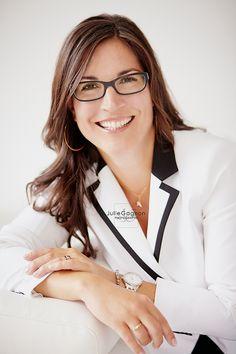 Portrait femme affaires par Julie Gagnon Photographe de la région de Québec / Corporate woman photography.  www.juliegagnonphotographe.com
