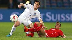 Zweikampfverhalten: Das Qualifikationsspiel zwischen England (links Leighton Baines) und der Schweiz (rechts Xherdan Shaqiri) wäre etwas für Fernsehbilder gewesen. (Quelle: imago/BPI)