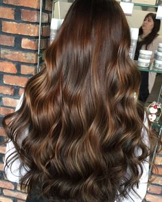 50 Vibrant Fall Hair Color Ideas to Accent Your New Hairstyle in 2019 There's so much to adore about the fashion of the autumn season; cardigans, boots, fall hair colors and cosmetics. Fall Hair Colors, Brown Hair Colors, Short Hair Styles For Round Faces, Curly Hair Styles, Medium Short Hair, Ombre Hair Color, Light Brown Hair, Brunette Hair, Bayalage Brunette