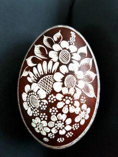 Braunes Gänseei mit gekratzten Blüten Scratch Art, Egg Decorating, Easter Eggs, Decorative Plates, Carving, Ceramics, Crafty, Tableware, Painted Rocks