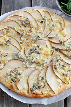 Une recette sucrée salée de pizza au fromage et poire. Dessert Party, Dessert Dips, Dessert Pizza, Desserts, Healthy Salad Recipes, Veggie Recipes, Snack Recipes, Pizza Buns, Cheese Appetizers