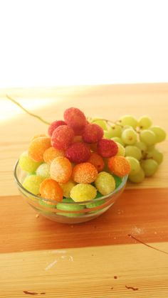 Kids refusing to eat fruit? Here's the perfect solution: roll grapes in tangy Jello powder so they taste like candy, but are actually fruit. Candied Grapes Recipe, Fruit Kebabs, Yummy Food, Tasty, Healthy Snacks, Grape Recipes Healthy, Detox Recipes, Kids Meals, Dessert Recipes